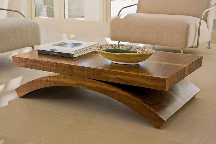 meja kayu di tengah ruang keluarga
