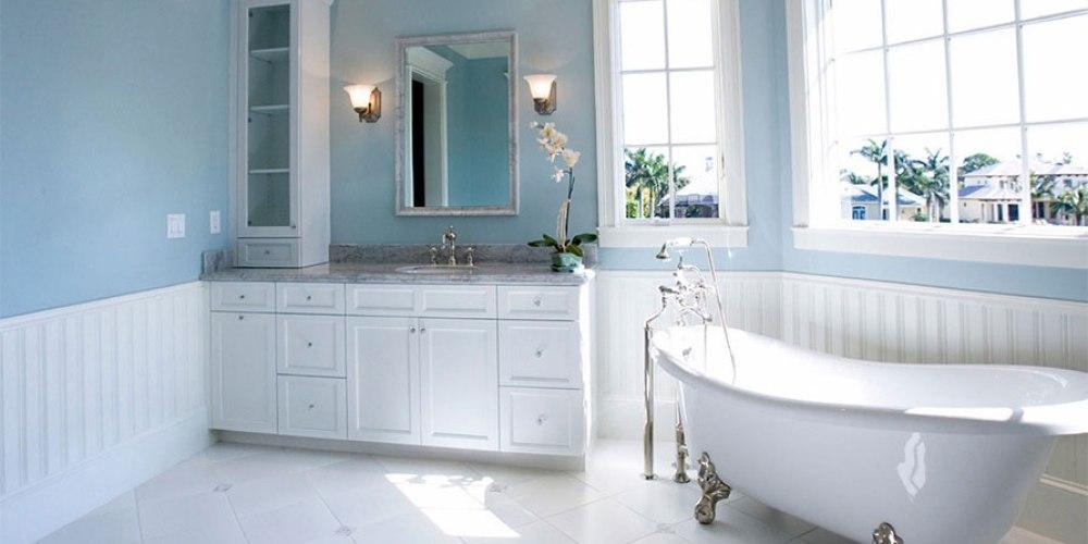kamar mandi dengan nuansa putih dan biru