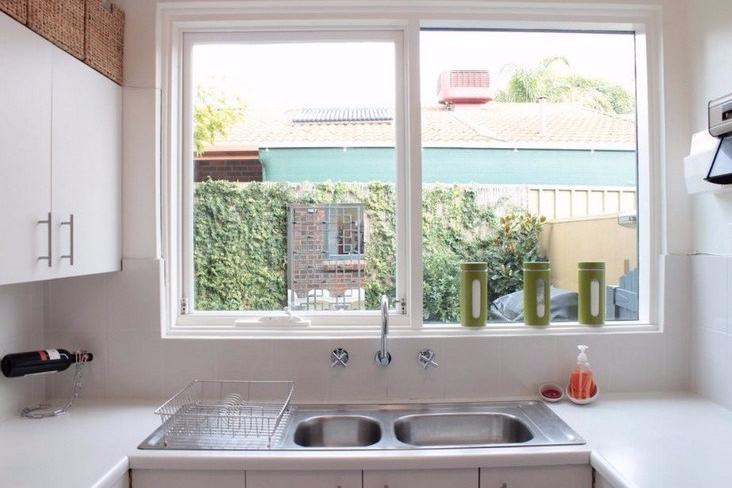 Desain Dapur Kecil dengan Jendela