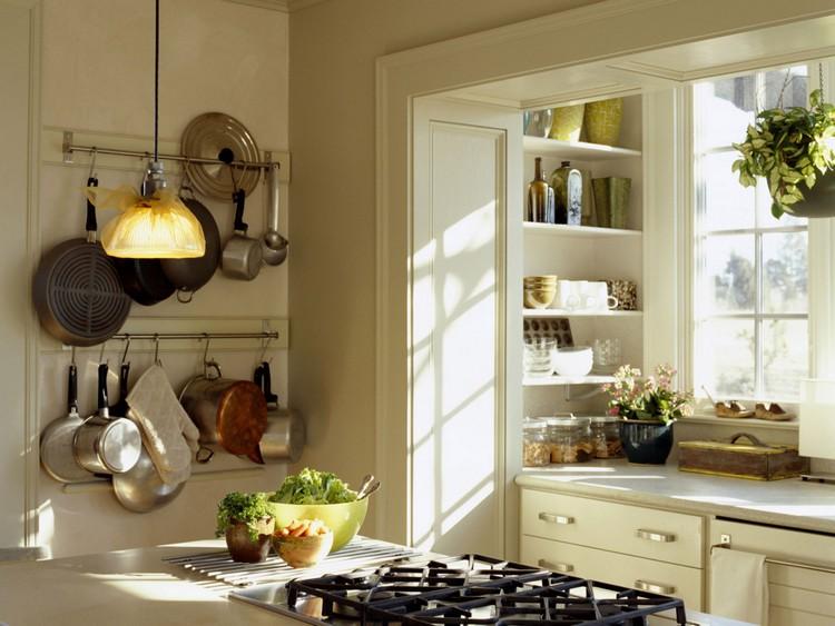 Desain Dapur Kecil yang Didominasi Gantungan Peralatan Masak