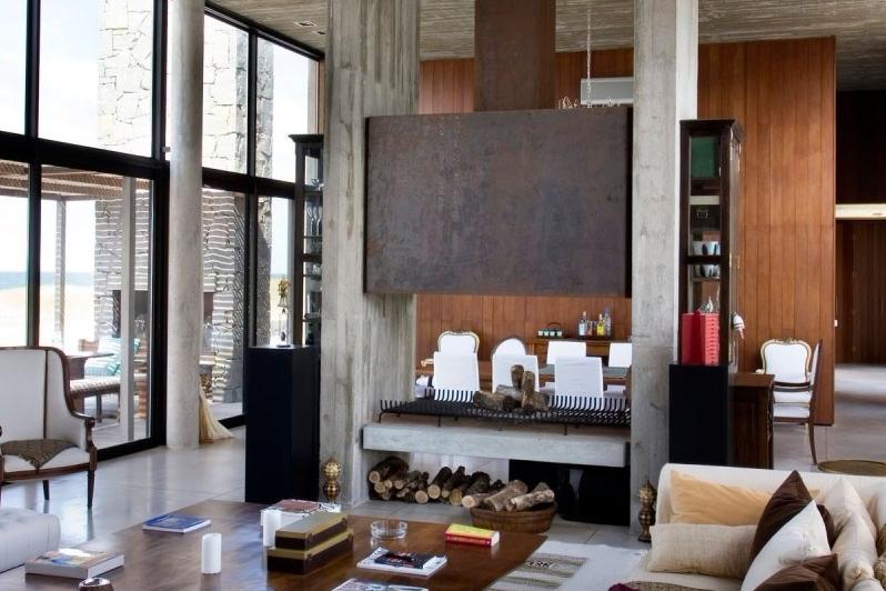 Ruang keluarga bernuansa kayu rumah kaca La Boyita Holiday