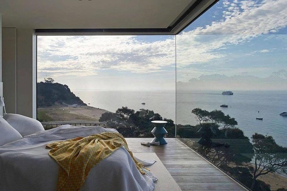 Pemandangan laut dari jendela rumah kaca
