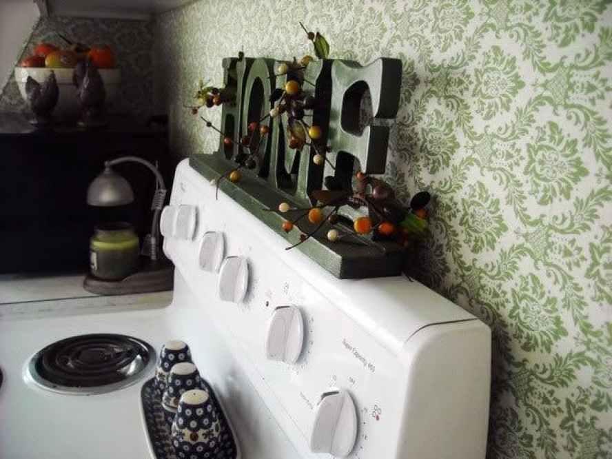 desain interior dapur dengan karakter huruf