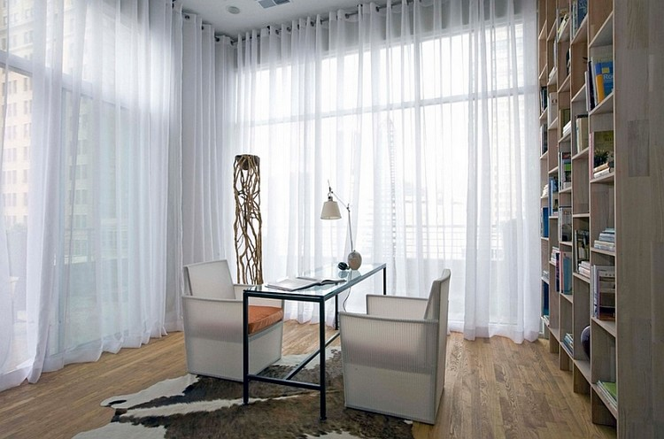 Gorden rumah berupa sheer curtain putih
