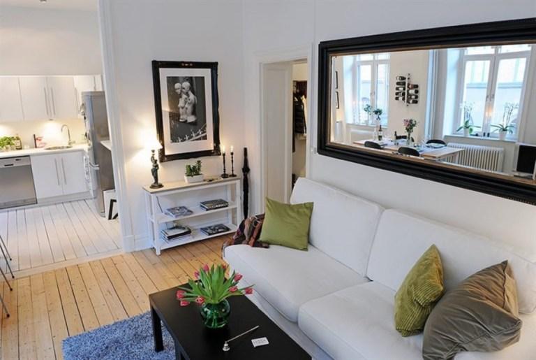 ruang tamu kecil dengan cermin di dinding