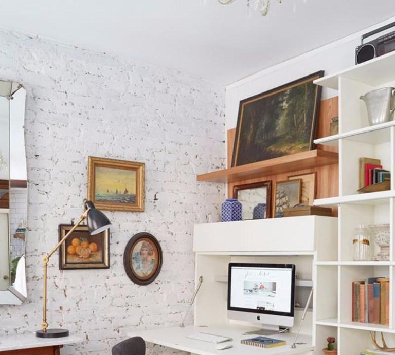 ruang tamu kecil dengan rak dinding dan TV