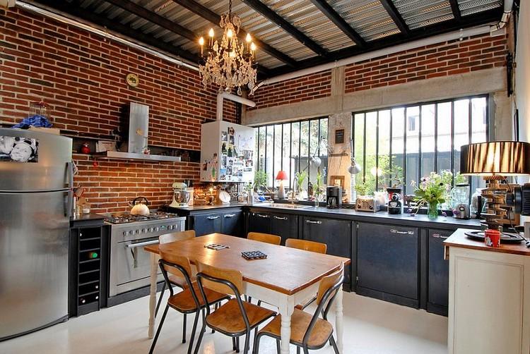 Desain dapur minimalis bentuk L dengan dinding ekspos