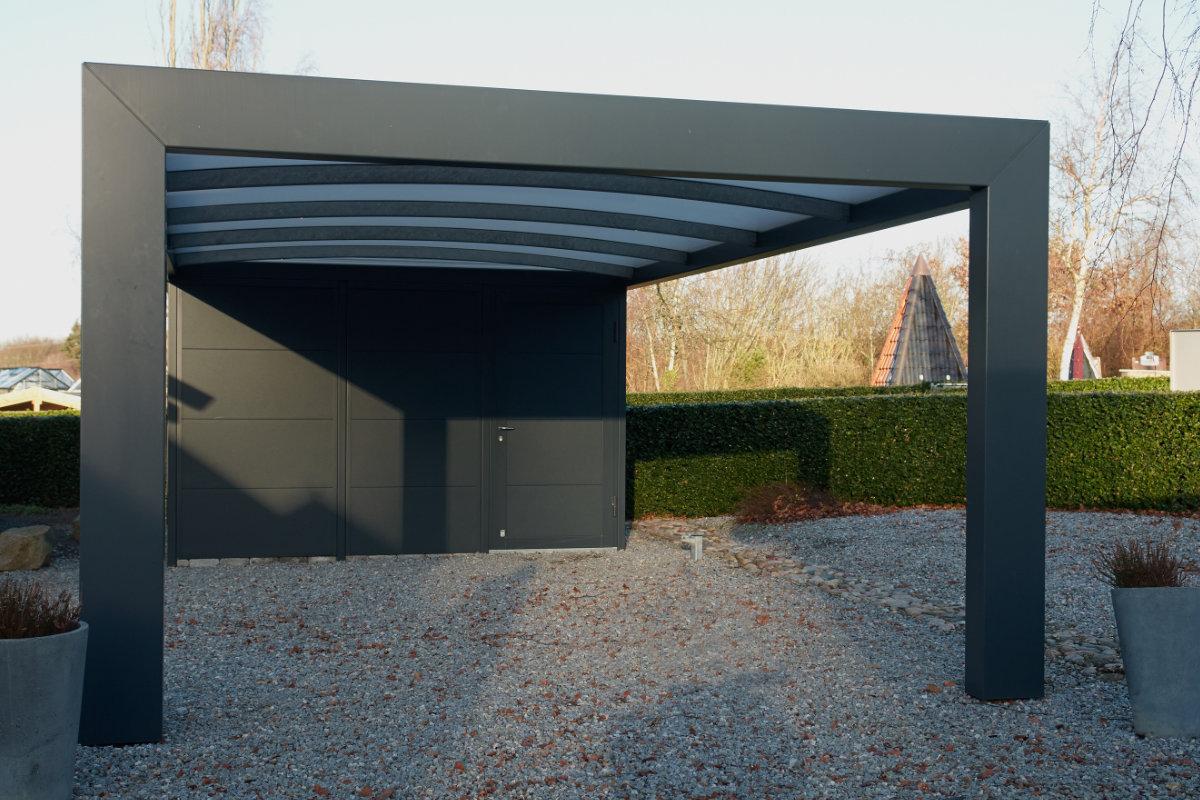 Bangun carport dengan warna serba hitam di malang dan batu