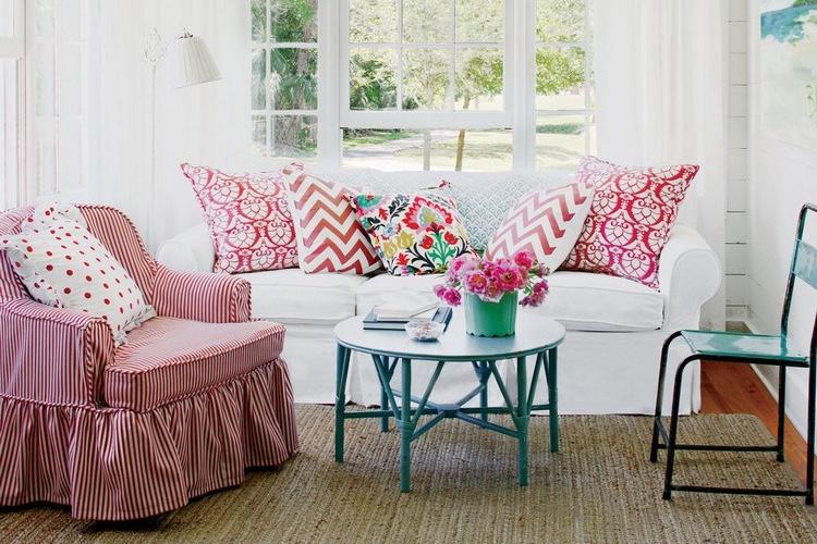 Interior ruang keluarga dengan sentuhan pink