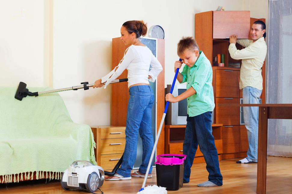 Anggota Keluarga Merapikan Rumah
