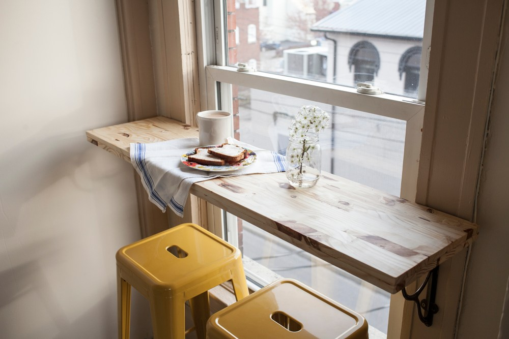 Meja-bar-minimalis-menghadap-jendela
