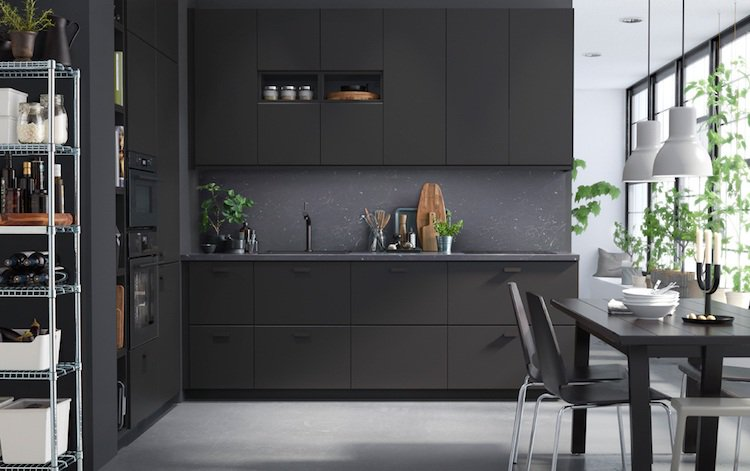 Kitchen cabinet with door without handle