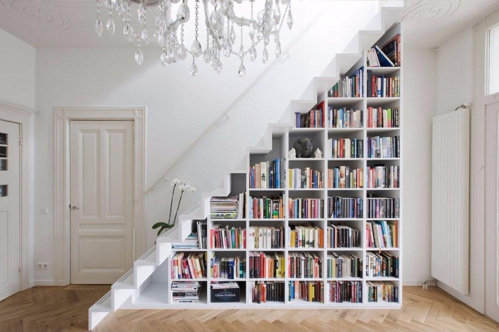 Lemari bawah tangga untuk buku