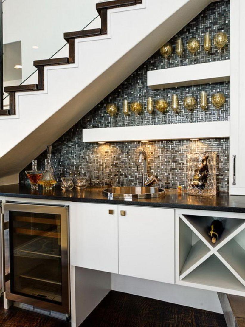 Dapur di bawah tangga untuk menjamu para tamu
