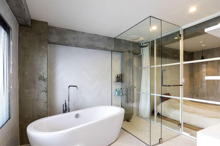 Dinding kaca pembatas antara kamar tidur dan kamar mandi