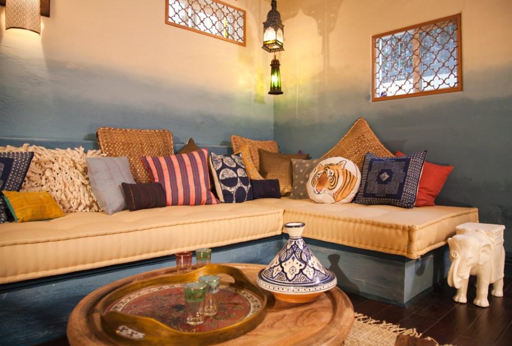 Gradasi warna biru pada interior bohemian
