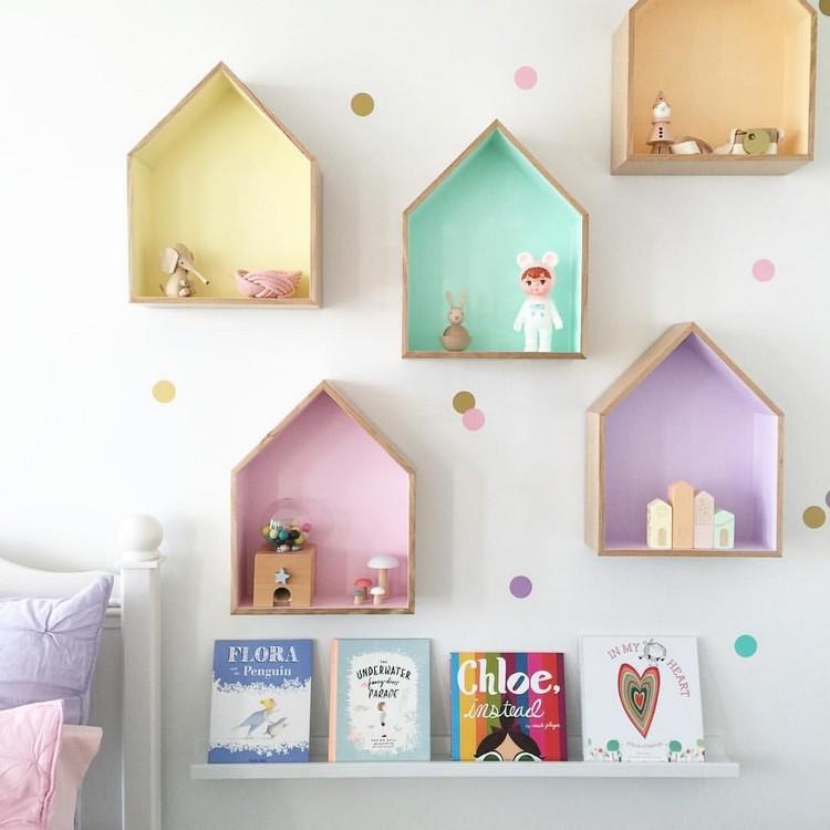 Rak dinding dengan background warna pastel