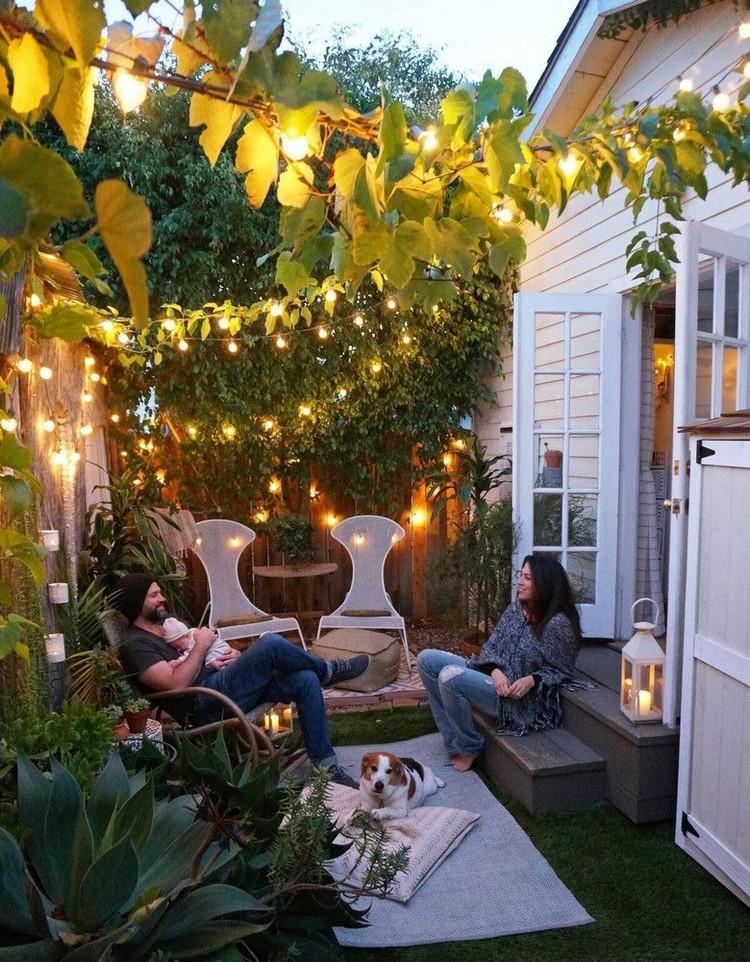 Kebun rumah dengan tanaman merambat dan lampu cantik