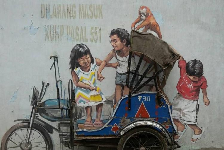 Gambar mural anak-anak yang bermain di bentor
