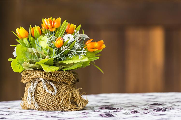 Bunga hias plastik dalam vas organik