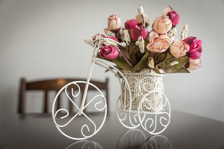 Bunga hias plastik dalam vas unik