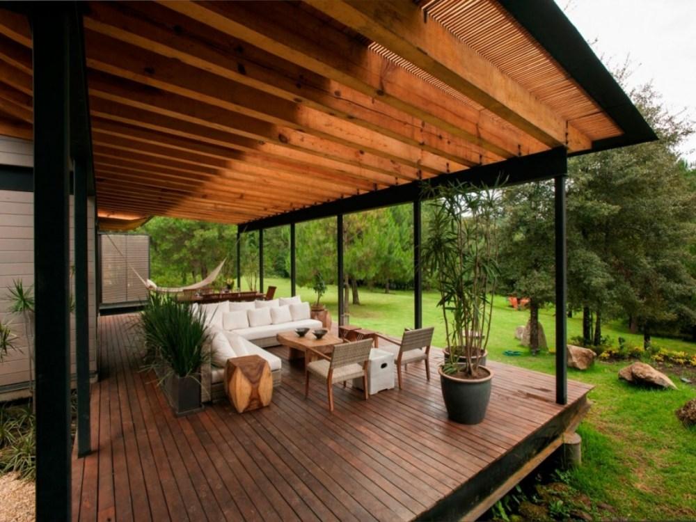 Kayu untuk Menampilkan Kesan Klasik Teras Rumah Mewah