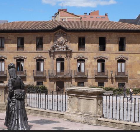 LA REGENTA MIRANDO EL PALACIO DEL TRIBUNAL SUPERIOR DE JUSTICIA