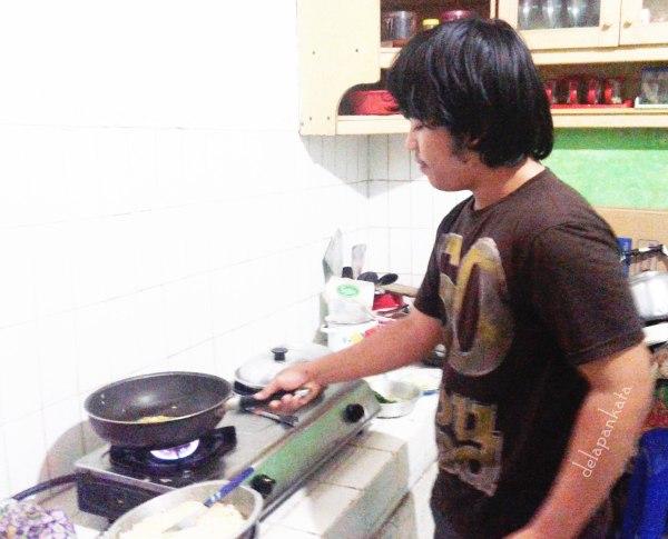 Pacar lagi masak, kegantengannya langsung meningkat drastis!