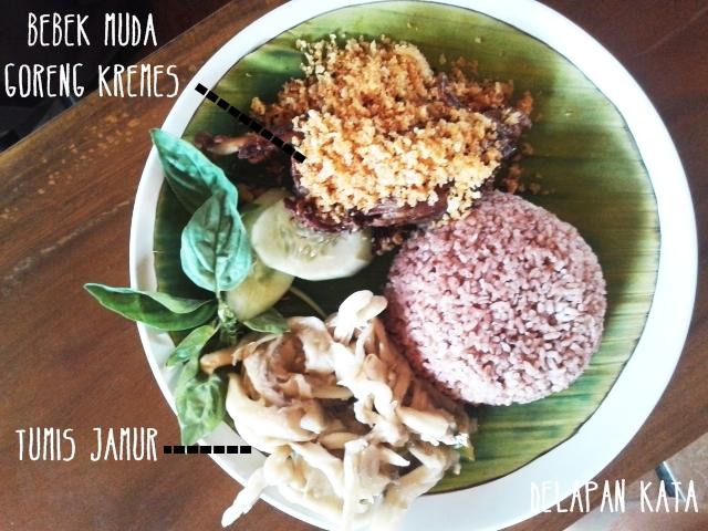 Menu makan siang saya kumplit. Nasi merah (biar sok - sok diet gitu), bebek muda goreng kremes dan tumis jamur. Yummy!!!! (Dok. Pribadi)