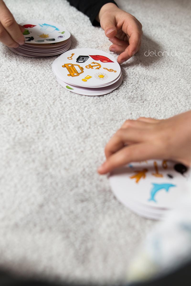 Ferienbeschäftigung spielen mit Kindern Kartenspiel dobble