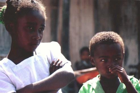 Enfants curieux, Ampanavoana, Madagascar (octobre 2006)