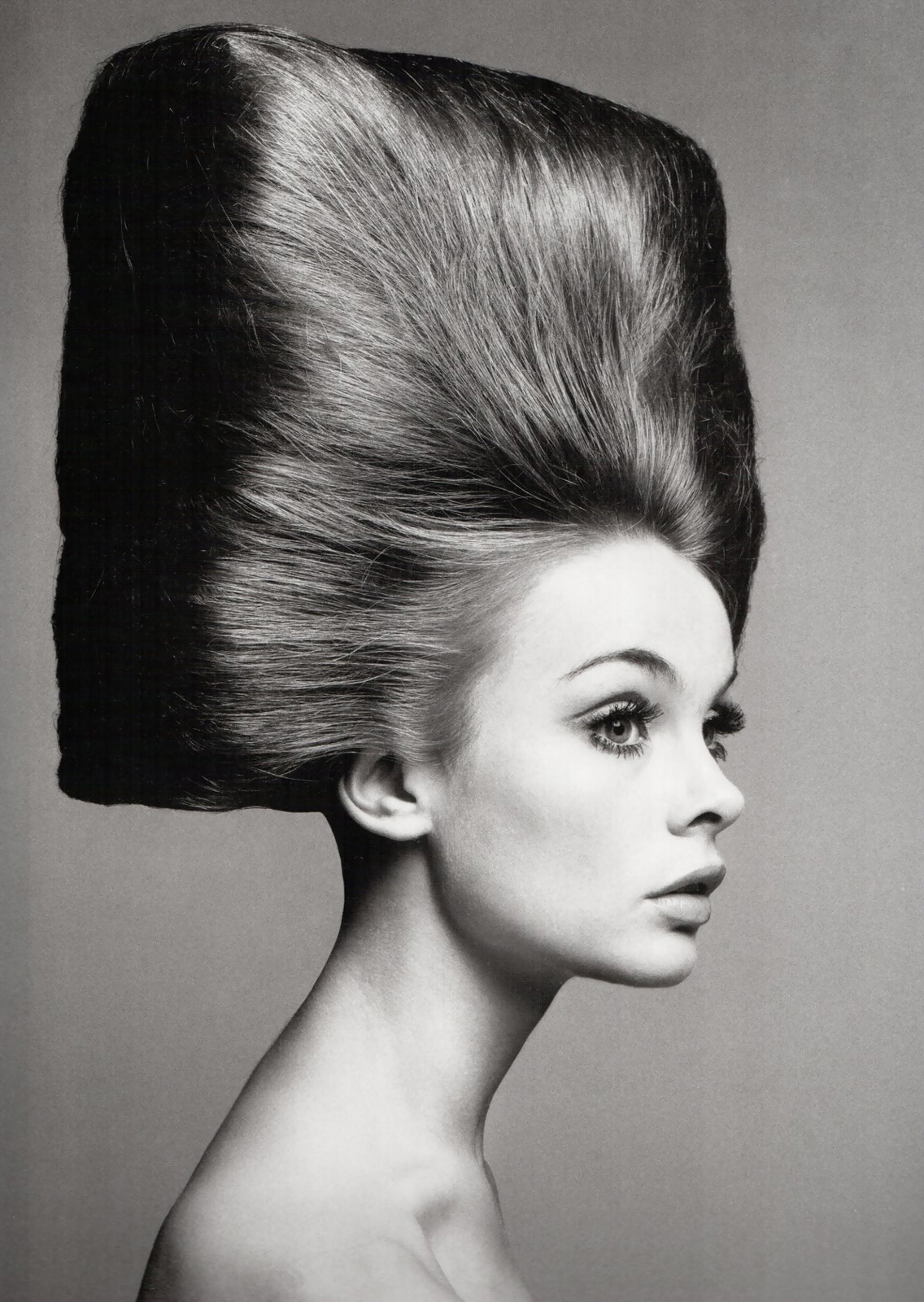 Jean Shrimpton, hair: Alexandre Paris (August-3-1965)   photo: Richard Avedon