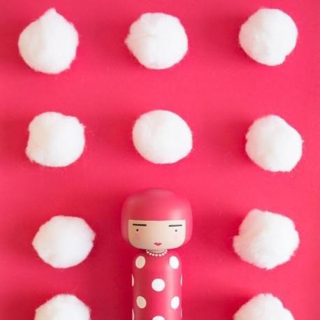 Kokeshi doll inspirada en la artista japonesa Yayoi. Diseño de Sketch Inc para Lucie Kaas