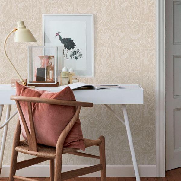 Papel pintado Poeme d´Amour en fondo beige de la colección Scandinavian Designers II de Borastapeter colocado en la pared de un escritorio