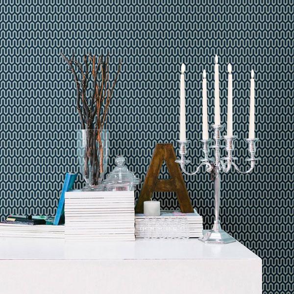 Papel pintado Ypsilon en fondo azul de la colección Scandinavian Designers de Borastapeter colocado en la pared de un aparador