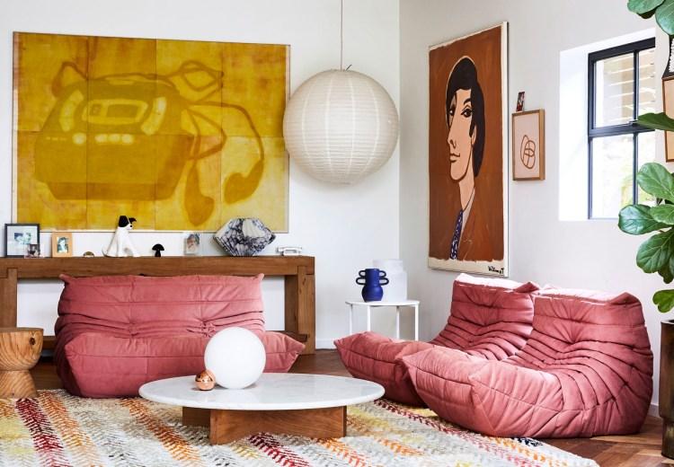 Salón de la artista y diseñadora textil australiana Rachel Castle con sofá rosa Pink Togo de Domo