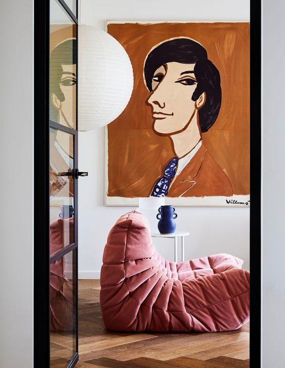 Salón de la artista australiana Rachel Castle con sofá rosa Pink Togo de Domo