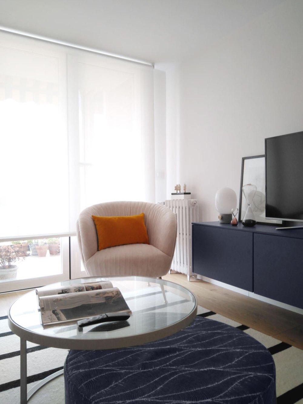mueble de televisión y butaca del salón