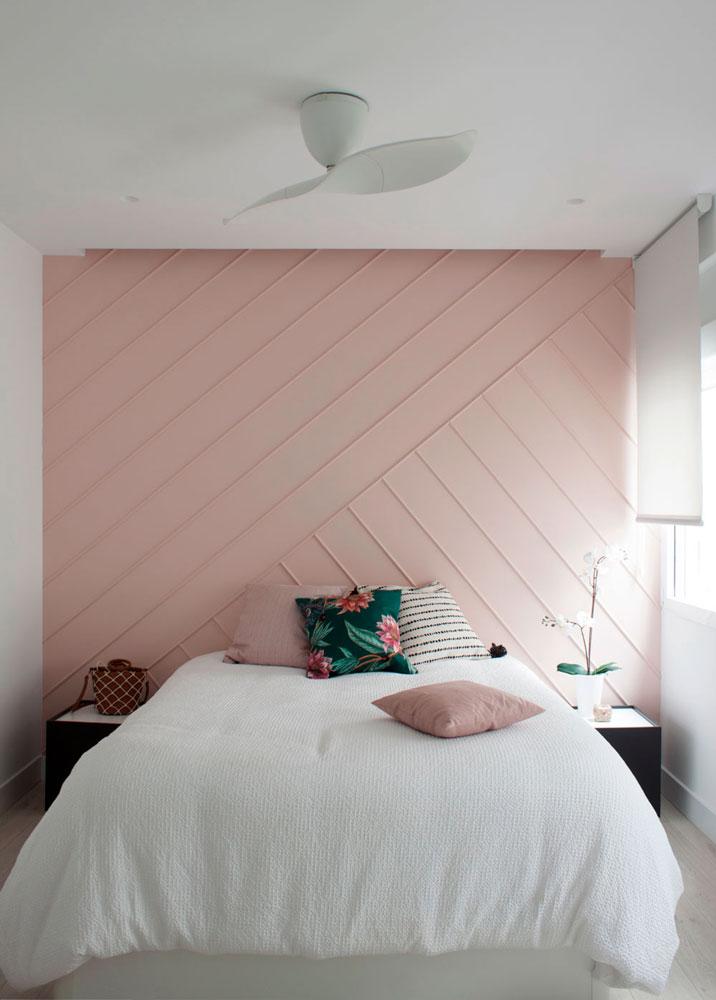 dormitorio principal con una pared decorada con molduras