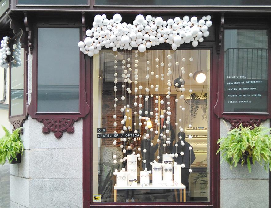 escaparate de navidad en L´Atelier óptica con decoración exterior de la fachada