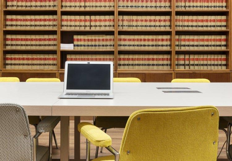 biblioteca de la escuela de práctica jurídica con un proyecto de Deleite Design