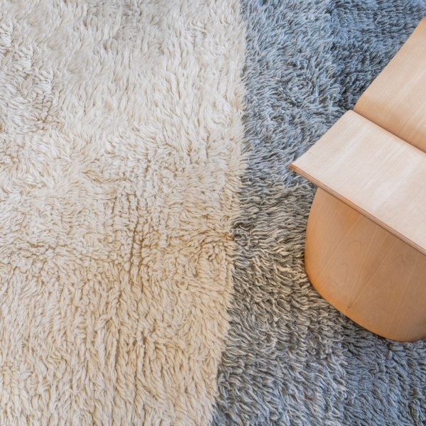 alfombra de lana modelo into the blue de lorena canals