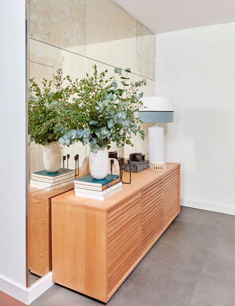 aparador de madera en el recibidor