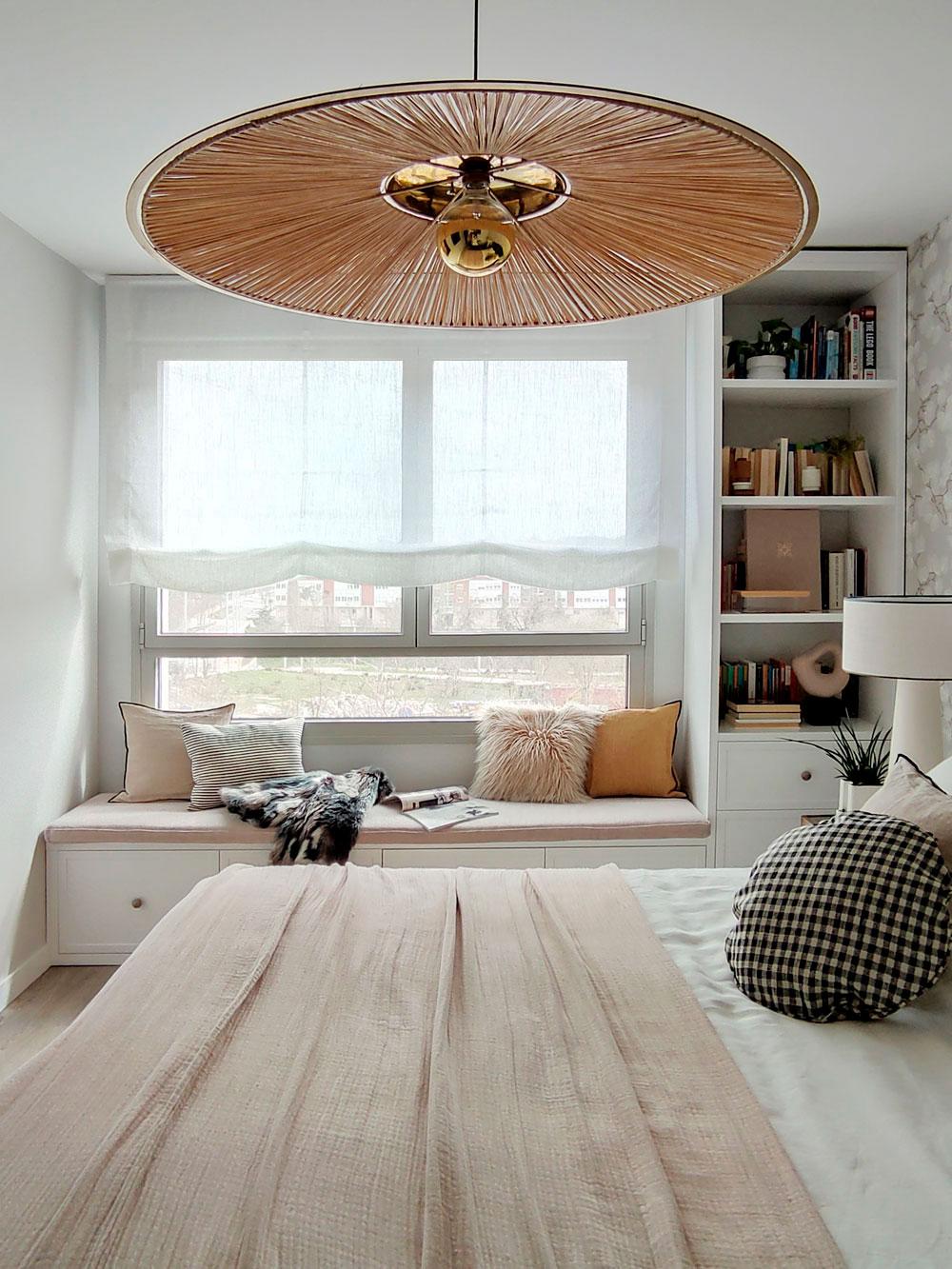 dormitorio con banco bajo la ventana diseñado por Deleite Design