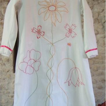 Chemise ancienne customisée en robe pour enfant