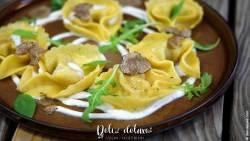 Tortelloni mit Trüffel-Füllung auf Burrata-Trüffel-Creme