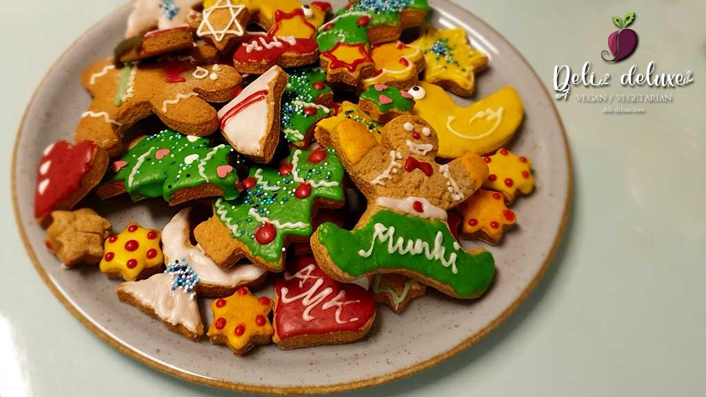 vegane Weihnachtsplätzchen dekorieren