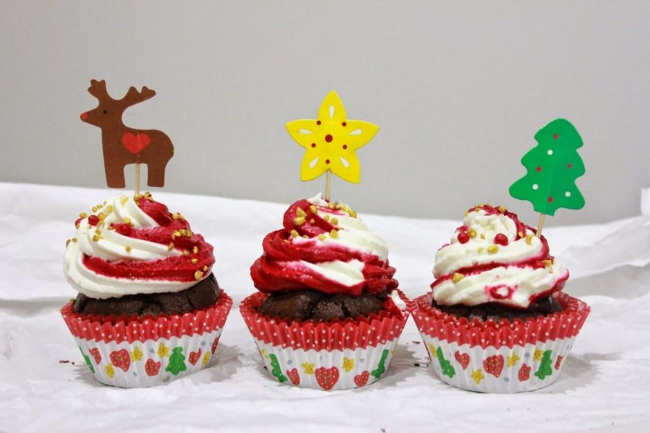 Cupcakes de noël : du chocolat, de la chantilly et une touche de rouge.