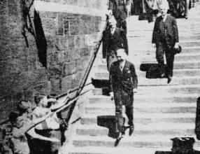 """Vizekanzler Franz von Papen (rechts) nach der Festversammlung auf der Freitreppe vor der heutigen Alten Universität. Foto in der """"Kasseler Post"""" vom 18. Juni 1934."""
