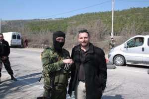 Manuel Ochsenreiter se srbským dobrovolníkem na jednom ze silničních zátarasů poblíž Sevastopolu.